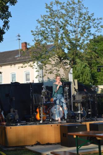 Nina Appel beim Biergartenkonzert in Baar-Ebenhausen Foto: Ramona Schittenhelm
